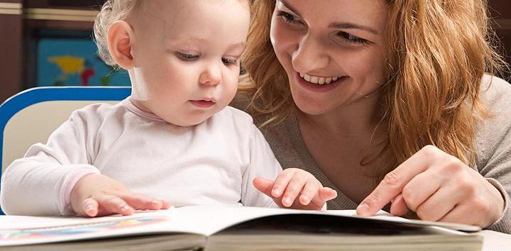 ребенок с мамой смотрят книгу