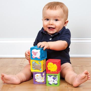 ребенок складывает кубики в год
